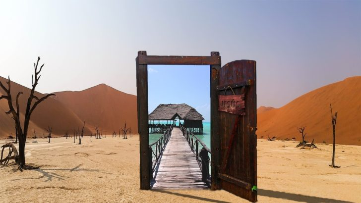 オープンしている砂漠にあるドア
