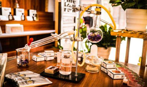 研究室で化学の実験が行われている
