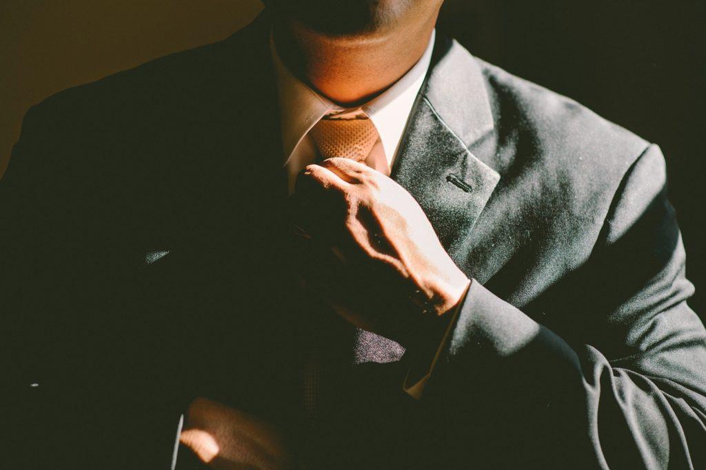 ネクタイを調節している男性