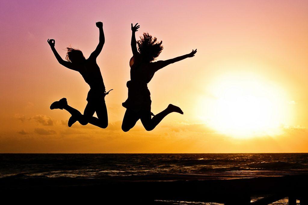 飛び跳ねている女性2人