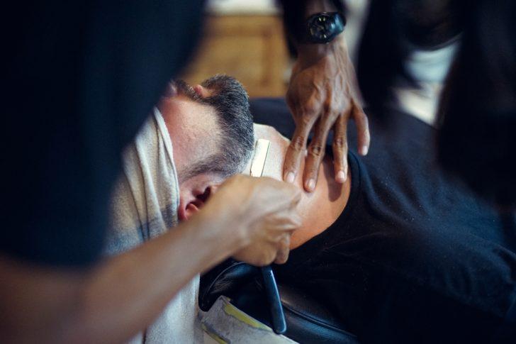 ヒゲ脱毛をしてもらっている外国人男性
