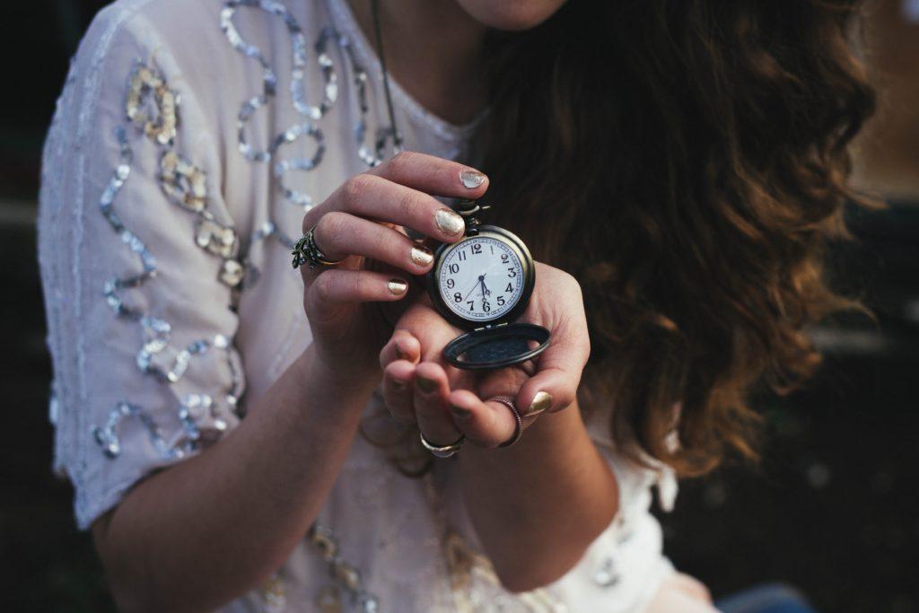 「キレイモのハンド脱毛は期間限定」と懐中時計を見せながら教えてくれている外国人女性