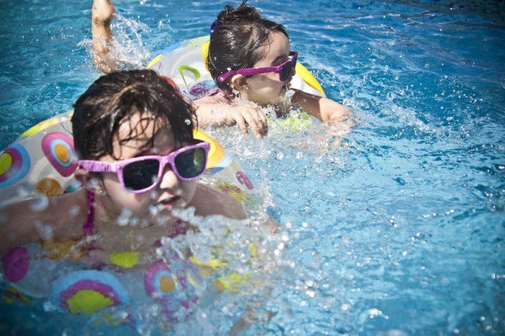 浮き輪をつけて泳ぐ2人の女の子