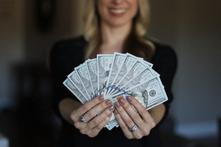 お金を見せびらかしている外国人女性