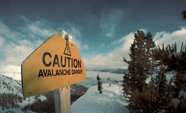 「注意」と書かれている標識