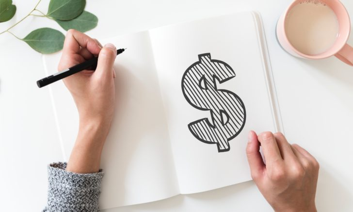 料金についてノートにまとめている女性