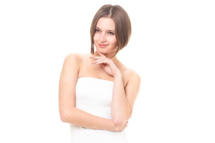 脱毛をしてポーズをとる外国人女性