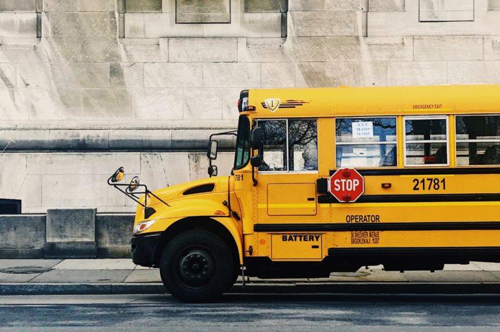 学生を乗せて走っているスクールバス
