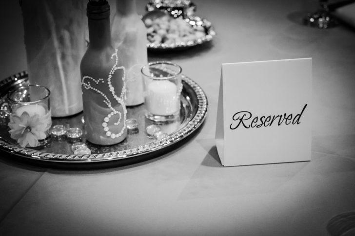 テーブルに置かれた予約の立て札