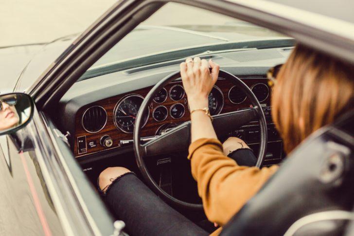 車を運転する外国人女性