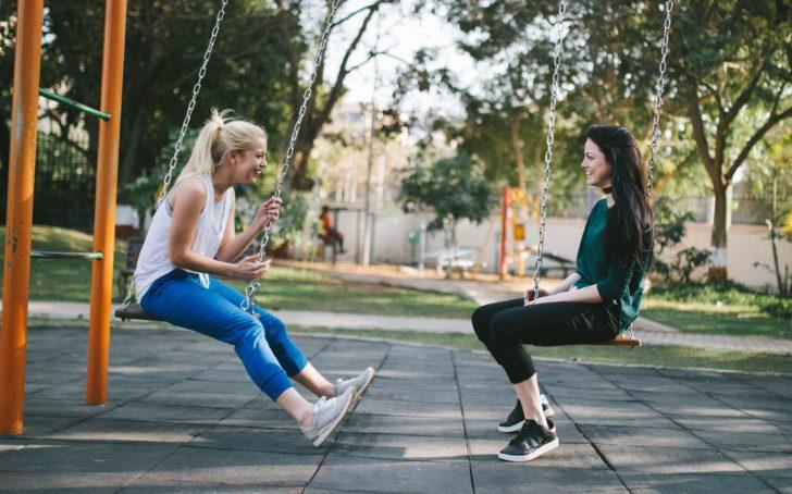 公園で話している2人の外国人女性
