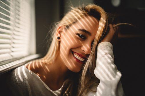 笑顔の白人女性